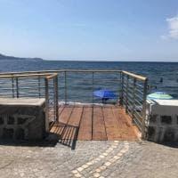 Procida, il mare è a portata di disabili: realizzato lo scivolo alla Chiaiolella