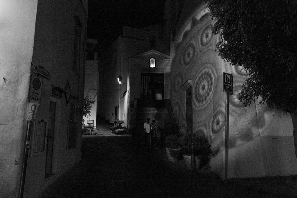 Ischia, per Sant'Anna il borgo s'illumina coi merletti artigianali delle donne isolane