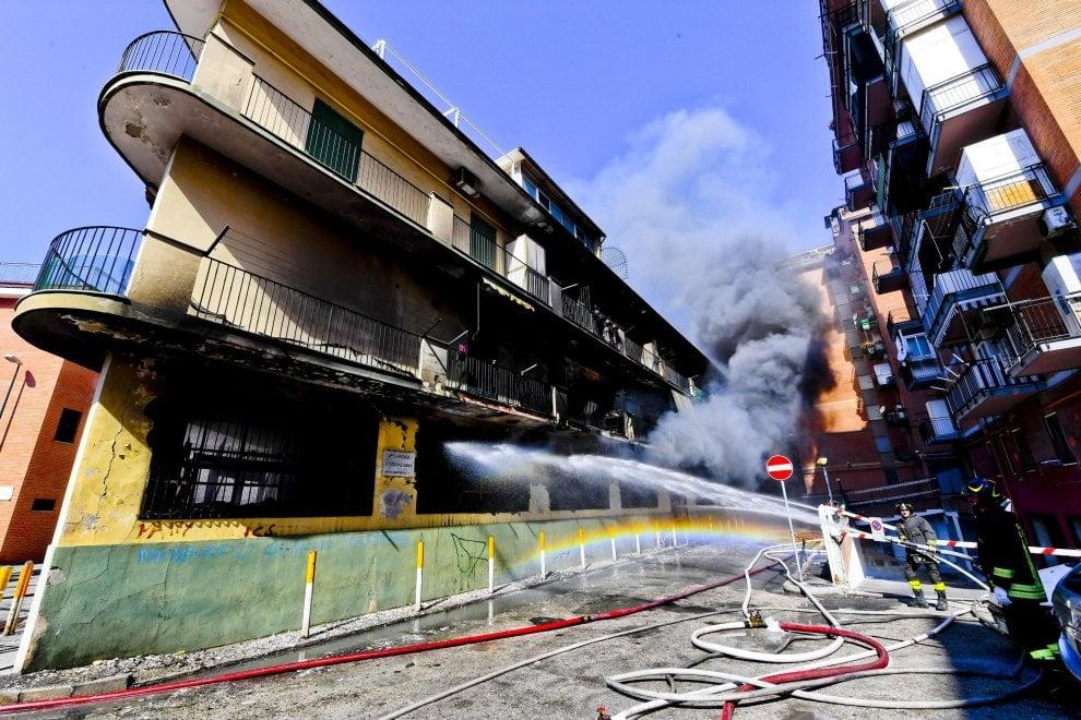 Magazzino di giocattoli in fiamme a Napoli, palazzi evacuati