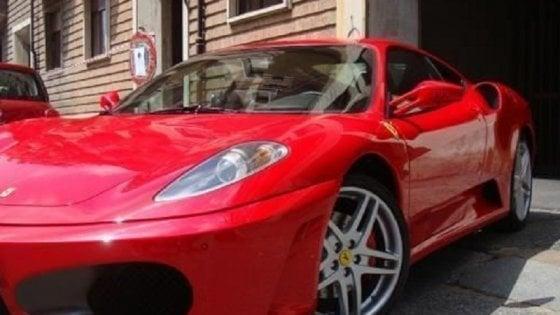 Zero reddito ma gira in Ferrari