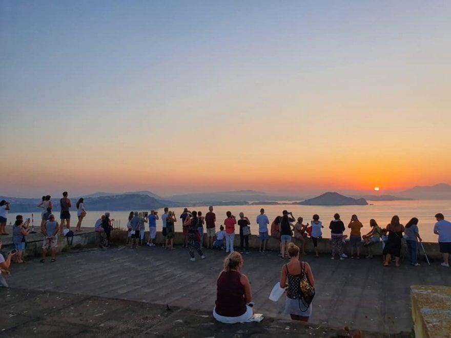 Procida, tutti in piedi per l'alba a Palazzo d'Avalos