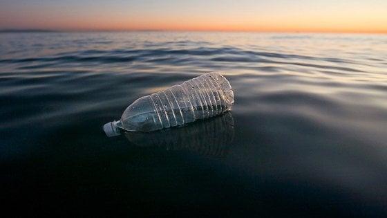 """Getta bottiglia in mare e scherza su Facebook: """"Denunciato"""""""