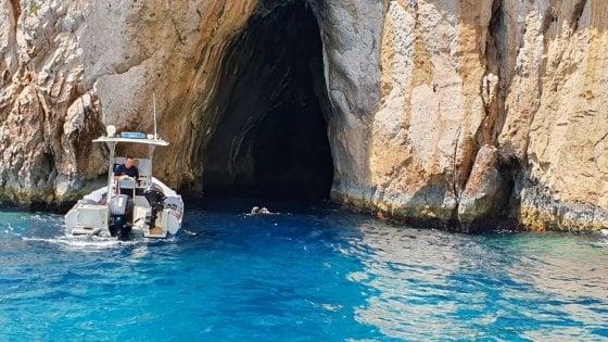 Capri, l'altra faccia della Grotta Azzurra: dieci chili di rifiuti sui fondali