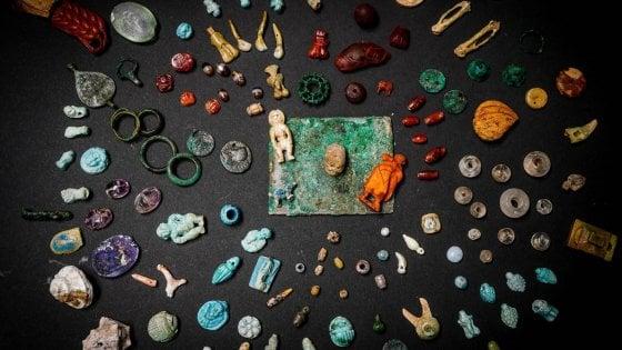 Pompei, ecco gli amuleti della maga dell'erotismo