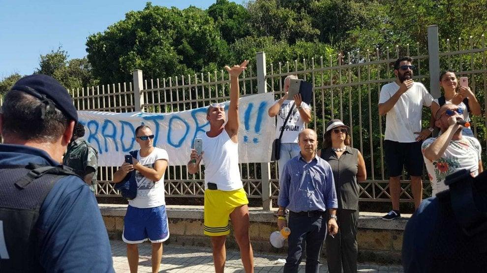 Castel Volturno, i contestatori di Salvini