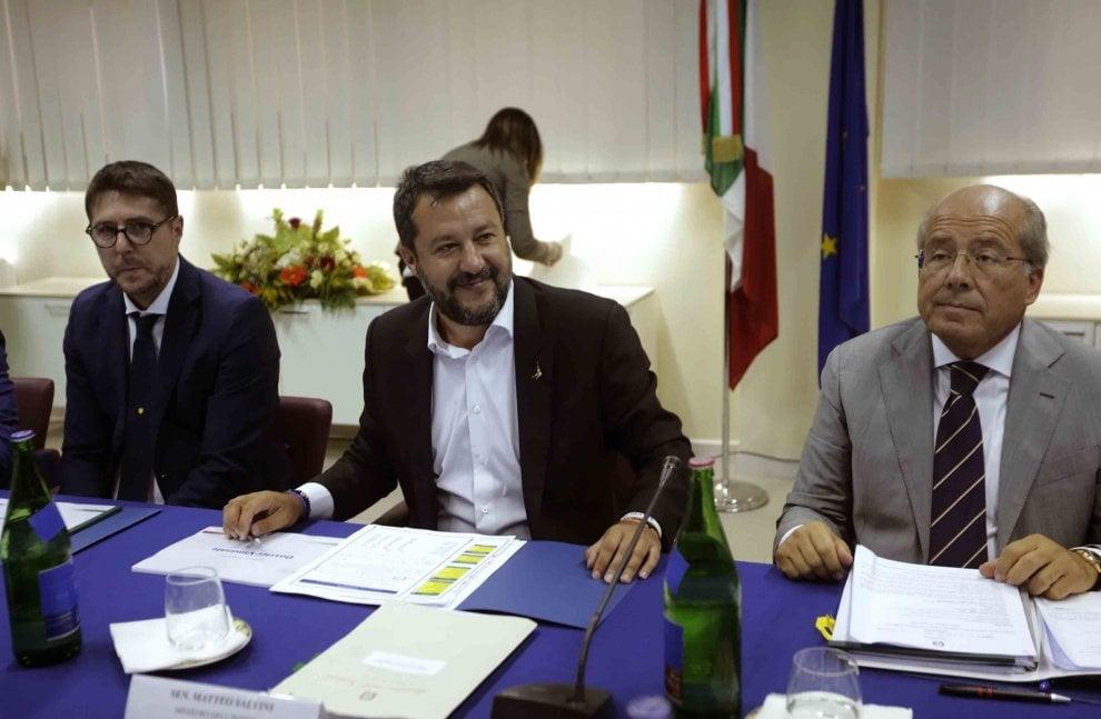 Il vertice sull'ordine pubblico con Salvini a Castel Volturno tra contestazioni e riunione