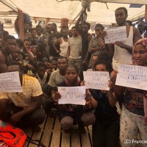 """Migranti, l'appello a Salvini di don De Blasio: """"Salva le persone o a che serve sbandierare il rosario?"""""""