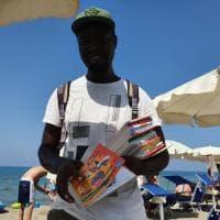 Paestum, l'ambulante che vende in spiaggia fiabe africane per bambini