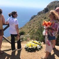 Una corona di fiori per Simon, il turista francese trovato morto in Cilento