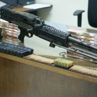 Napoli, un mitragliatore e 600 proiettili in un'auto di lusso: arrestato