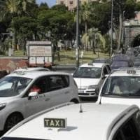 Tassisti in pantaloncini e senza tassametro: multe a Napoli