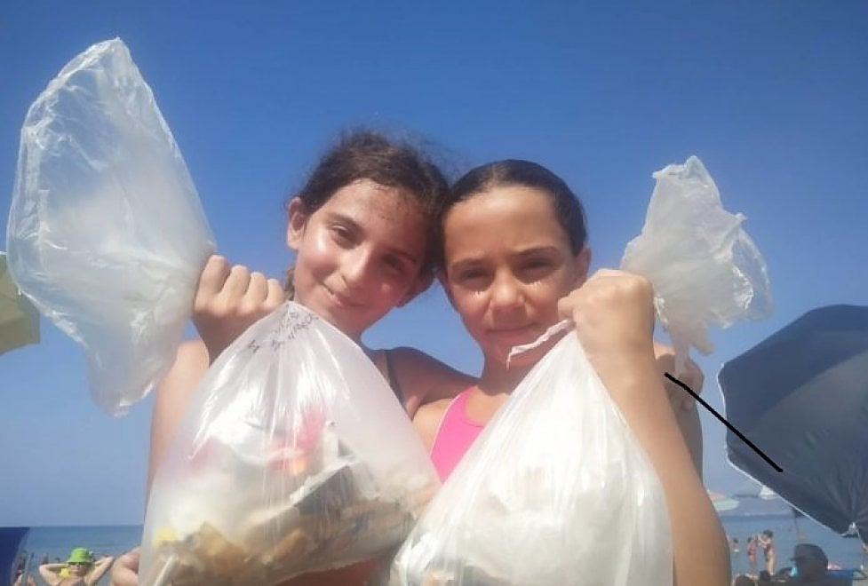 """Cilento, la sfida delle undicenni Carlotta e Diana: """"Ripuliamo le spiagge dai rifiuti"""""""