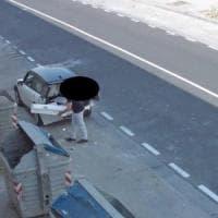 Napoli, incastrato dalla telecamera mentre abbandona rifiuti: 500 euro di multa