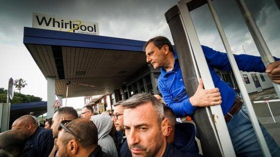 Dramma lavoro a Napoli, la Whirlpool in una nota annuncia: il sito non è più sostenibile