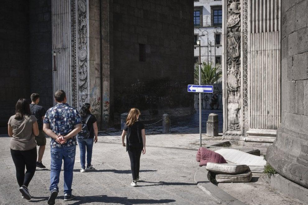 Risse, rifiuti e droga: così muore Porta Capuana dopo il restyling