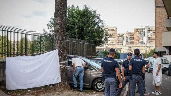 Scampia, trovato un cadavere nel portabagagli di un'auto