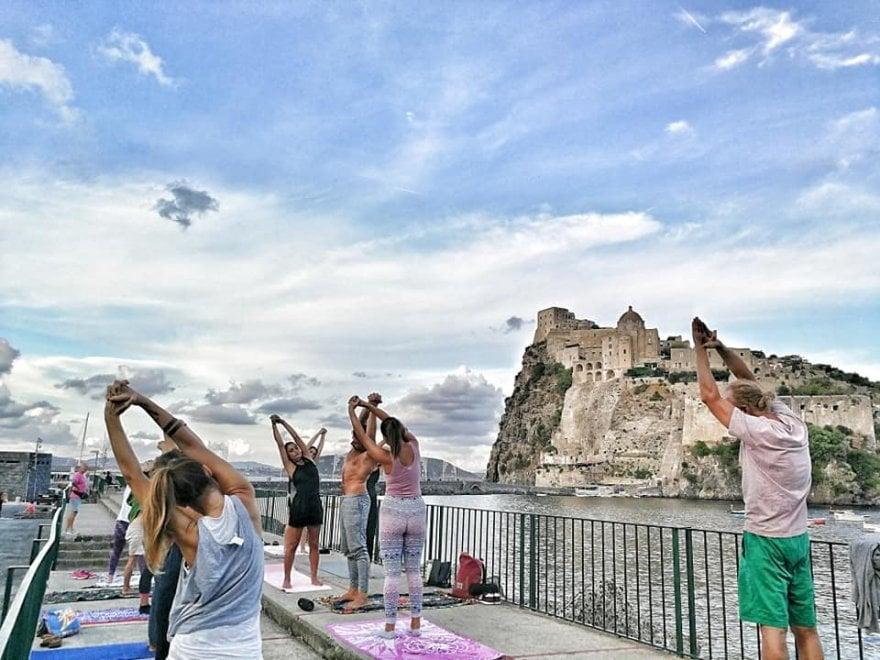 Ischia, filosofia e yoga urbano aspettando il Festival