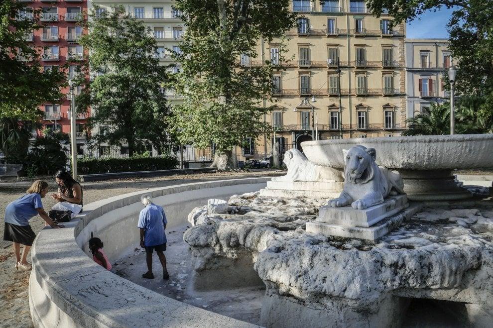 Villa comunale di Napoli: fontane senz'acqua diventano come un parco giochi