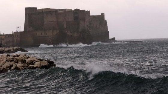 Barca affonda davanti a Castel dell'Ovo, salvate due persone