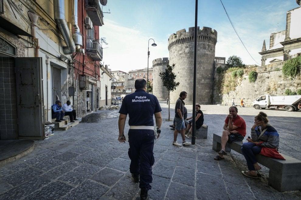 """Porta Capuana, primo round di bonifica I residenti: """"Mercatini contro il degrado"""""""