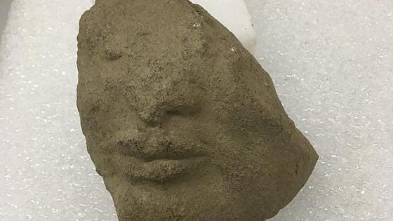 Sorpresa a Paestum: scoperto il frammento di una scultura sotto il tempio di Atena