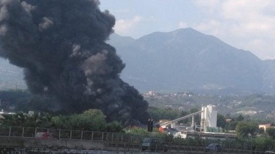"""A fuoco una fabbrica di batterie per auto, Avellino invasa dal fumo. II prefetto: """"Stato di emergenza"""""""