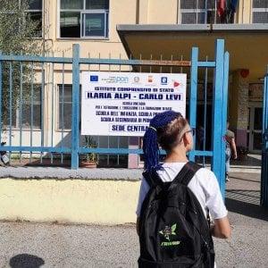 A scuola con la testa rasata e le treccine blu: la preside non lo fa entrare in classe