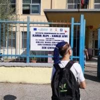 """Scuola, la linea dura della preside di Scampia: """"Il 13enne con le treccine blu resterà..."""