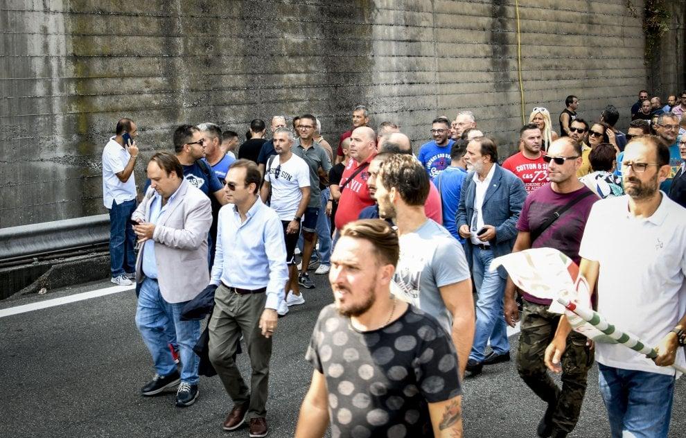 Napoli, esplode la protesta degli operai Whirlpool, corteo in autostrada