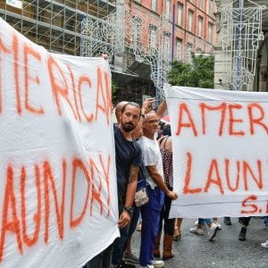 Napoli, sit in degli operai dell'American Laundry davanti alla Galleria Vittoria: tensioni con forze dell'ordine
