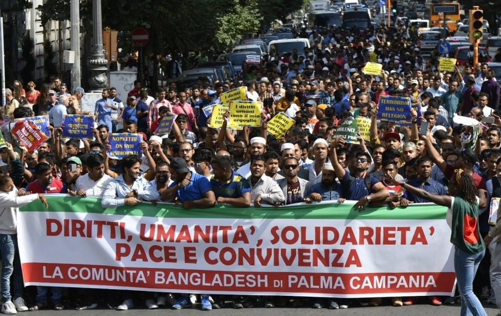 """Napoli, la comunità bengalese in piazza: """"Basta violenze"""""""