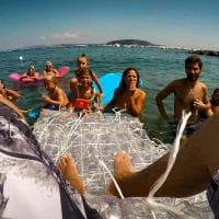 Ischia, una barca di rifiuti: Raffaele naviga su mille bottiglie di plastica