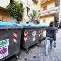 Acerra, abbandona rifiuti in strada: individuato grazie a un video