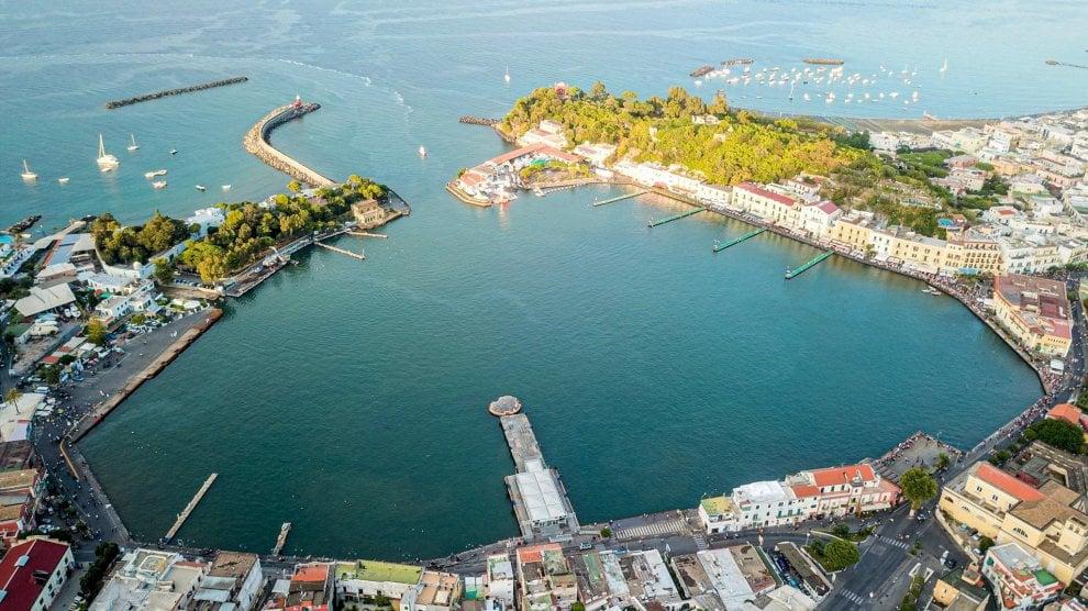 """Ischia, lo spettacolo del porto libero dalle barche: torna """"lago"""" per un giorno"""
