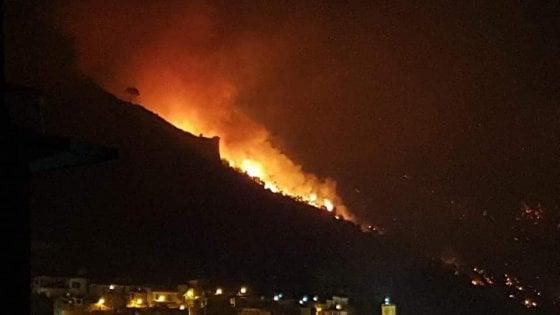 """Vasto incendio a Sarno, il grido del sindaco: """"Assassinio della nostra terra"""""""