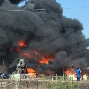 In fiamme un deposito a Santa Maria la Carità, nube tossica fino a Castellammare