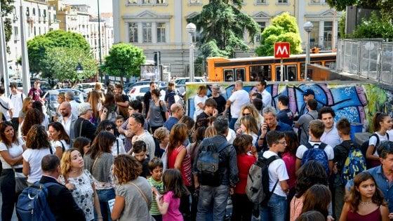 Baby gang, a Napoli mamme in presidio contro le rapine: 14 colpi in una settimana nella stessa zona