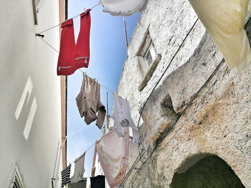 Ischia, il piccolo borgo abbandonato rivive con i colori del bucato
