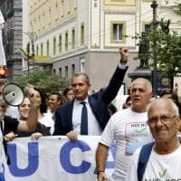 """Whirlpool, lavoratori in corteo a Napoli e il sindaco canta """"Bella Ciao"""" con il pugno alzato"""