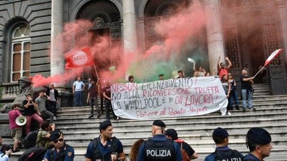"""Whirlpool, operai di Napoli in corteo: """"Difendiamo il lavoro"""""""