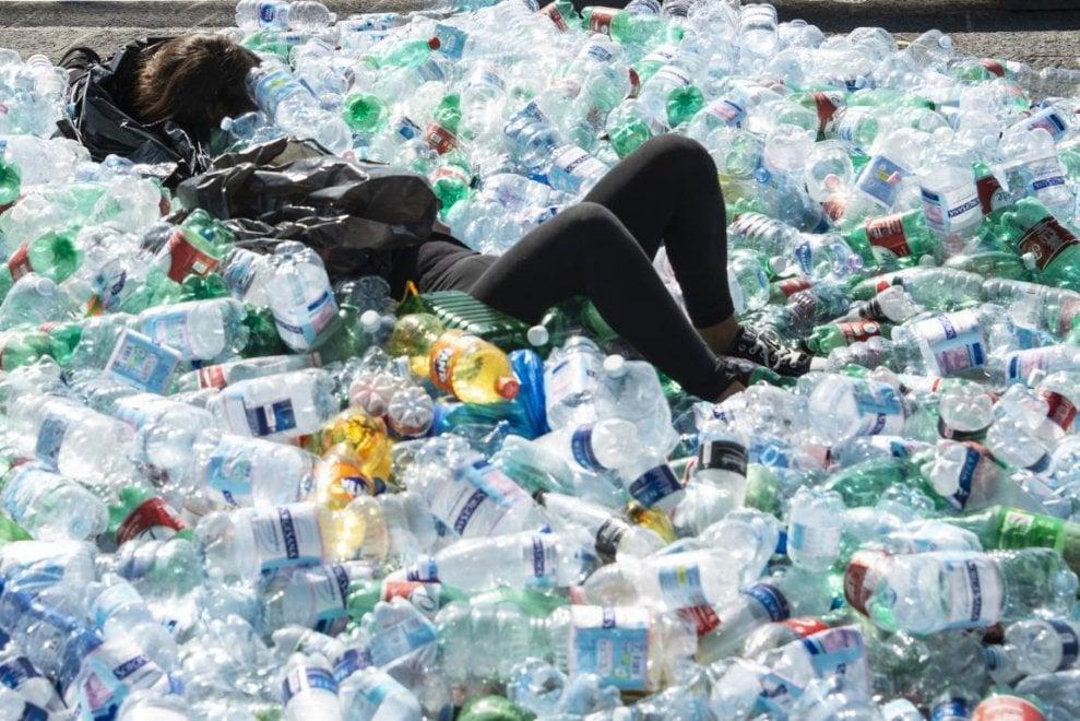 """Flash mob a Ischia, la piazza sommersa di plastica: """"Cambio di mentalità per salvare il pianeta"""""""