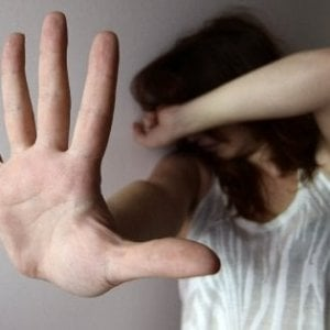 Salerno, arrestato 14enne per tentata estorsione e maltrattamenti alla madre