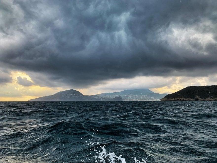 Ischia, aria di bufera: la foto da mare cattura nuvole e suggestioni
