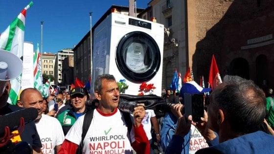 """Whirlpool, lavoratori in piazza a Roma: in scena il funerale delle lavatrici. Patuanelli: """"L'azienda fermi la cessione"""""""
