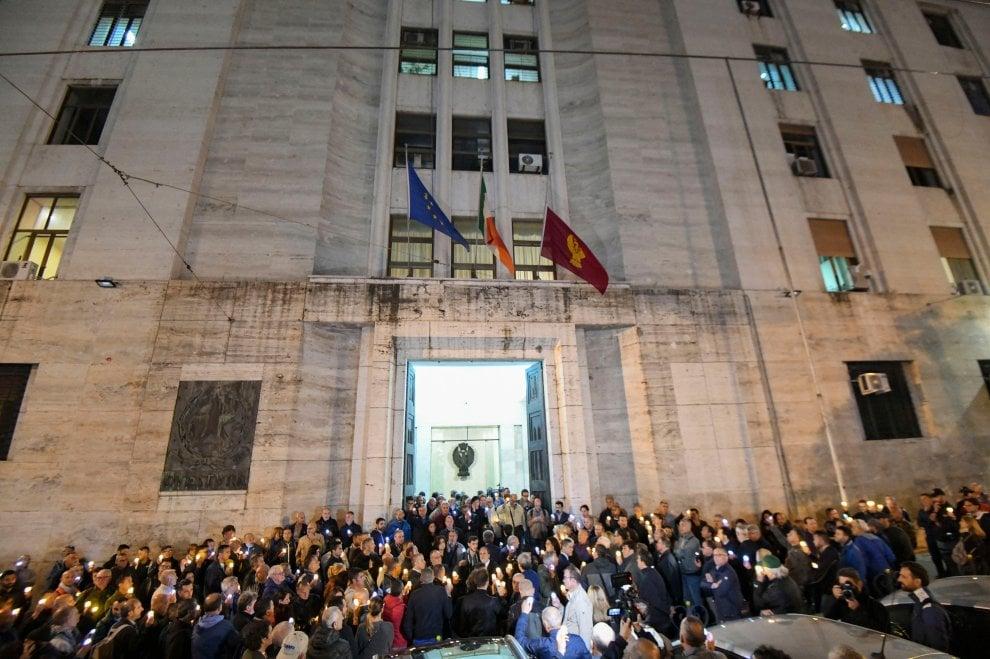 Napoli, commozione alla fiaccolata per i poliziotti uccisi in questura