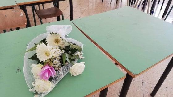 Salerno, un mazzo di fiori e uno striscione per ricordare Melissa