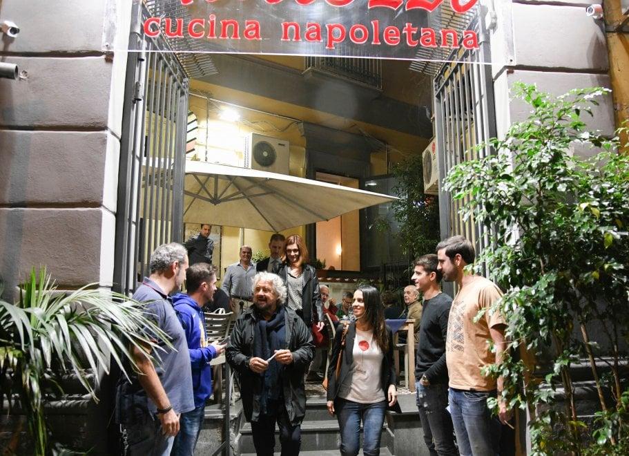Napoli, festa 5s:  Grillo anticipa tutti, bltiz alla Mostra e pizza a Chiaia
