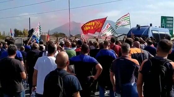 """Whirlpool: """"A Napoli stop alle attività dal primo novembre"""". I lavoratori bloccano l'autostrada"""