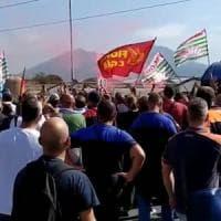 """Whirlpool: """"A Napoli stop alle attività dal primo novembre"""". I lavoratori bloccano..."""