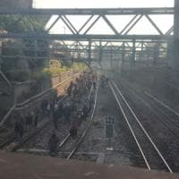 Beffa Circumvesuviana: fumo nel treno, pendolari a piedi sui binari